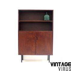 Vintage boekenkastje / dressoirkastje met 2 deuren op metalen pootjes uit de jaren '60