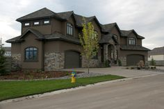 Chocolate Brown Exterior Paint Modern Exterior Design Ideas Dark Brown Dark And Brown - Home design Café Exterior, House Paint Exterior, Modern Exterior, Exterior Design, Stucco And Stone Exterior, Exterior Houses, Bungalow Exterior, Craftsman Exterior, Stucco Colors