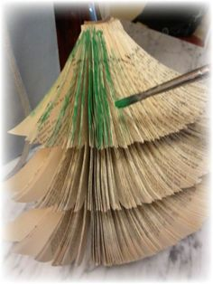 tiny-space-upcycled-book-christmas-tree-diy-christmas-decorations-crafts-repurposing-upcycling.jpg (634×845)