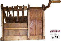 MATRACA CARRACA La matraca dispone de ocho mazos que, «al golpear tablas fijas, dan lugar al mismo sonido discordante y atronador que su compañera la carraca» .