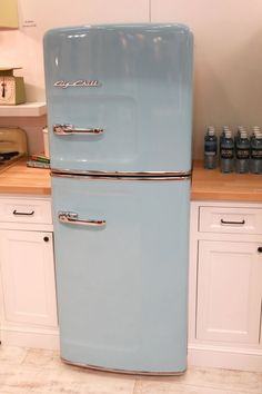 Vintage Kitchen Decor - NEW Slim Size Retro Fridge. The Great American kitchen is back – now slimmer than ever! Vintage Refrigerator, Retro Fridge, Vintage Fridge, Small Refrigerator, Big Fridge, Big Chill, Vintage Kitchen Decor, Retro Home Decor, Retro Kitchen Tables