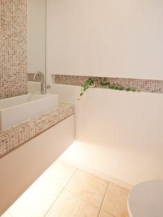 トーレットペーパーのサイズに合わせた横長ニッチに大理石のモザイクタイルを施しました。|インテリア|おしゃれ|ライト|かわいい|トイレ|
