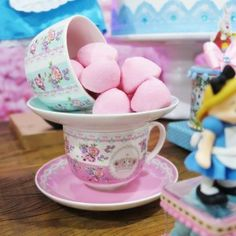 xícara-com-marshmallow-alice-no-pais-das-maravilhas Alice In Wonderland Tea Party Food, Alice Tea Party, Princess Tea Party, Madd Hatter, Mad Hatter Party, Mad Hatter Tea, Party Cakes, Baby Shower, Decoration