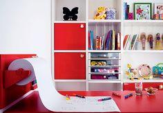 A mesa de madeira vem com um rolo de papel. Ideia genial para quarto de criança, escritório ou ateliers
