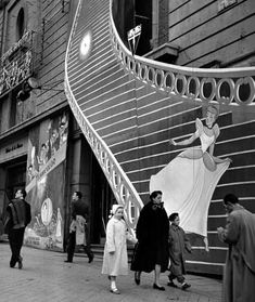 Catal& Roca - Cinderella in Gran V& Street Fotografia Social, Foto Madrid, Robert Doisneau, Photo Black, Old Pictures, Historical Photos, Street Photography, Street Art, The Past