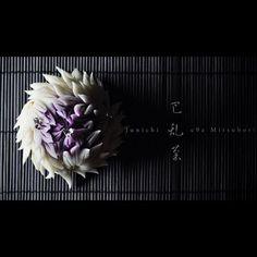 """一日一菓 「巴乱菊」 #煉切 製 #wagashi of the day """"Disturbance chrysanthemum"""" 本日は「巴乱菊」です。 針切りをいくつか単発で撮りましたので、順にご紹介させて頂きます。 Today it is """"toward Rangiku"""". Today is """"Rangiku"""". Since I took in several single-shot, I will turn to introduce. Aujourd'hui est """"Rangiku"""". Depuis que je pris dans plusieurs mono-coup, je me tournerai à introduire. Oggi è il """"Rangiku"""". Da quando ho preso in diversi single-shot, mi rivolgerò a introdurre. 今天是""""乱菊""""。 自从我参加了几个单拍,我会转介绍。 #和菓子 #和菓子職人 #菊 #針切り #一日一菓 #sweets #三堀 #art #ner..."""