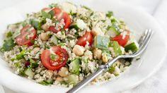 Auch perfekt für unterwegs: Quinoa-Tomaten-Salat mit Kichererbsen | http://eatsmarter.de/rezepte/quinoa-tomaten-salat-mit-kichererbsen