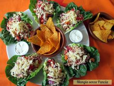 I Tacos vegetariani di lattuga per servire un piatto festoso e colorato come pasto sfizioso, ma anche come antipasto o per un buffet.