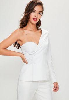 waou! vous allez faire tourner les têtes ce weekend en portant ce blazer blanc. on est trop fans de son design à manche unique et de sa finition en crêpe! alors, c'est qui le patron?