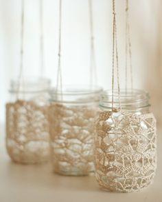Tarros de vidrio colgantes forrados con ganchillo / bocaux en verre en habits de dentelle crochetée....