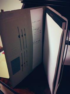 広めのメモにはA4サイズの「ニーモシネ ノートパッド」を使用しています。マインドマップを書いたり、アイデア出しをしたりするには、やはり広めの紙が重要。細かな方眼が書かれていますが、スキャンの時には消えてしまう作りです。また、カンタンに切り取れるのでスキャンも楽々。パッドのケースにはfilofaxの物を使用しています。