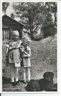 Leksand 2 små flickor i folkdräkt Hund trol pudel Dalarna Djur PB 17318
