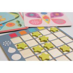 COLOFORMIX HOP123  Un jeu simple pour reconnaître les formes et les couleurs à travers les images. L'enfant prend une illustration et étudie les couleurs et les formes. Puis il place sur son tableau l'étoile aux intersections correspondantes entre les couleurs et les formes. Contient 1 plateau, 12 jetons en bois et 20 cartes illustrées. Dès 4 ans.