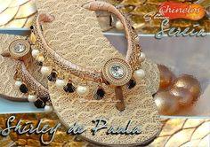 Compre online Sereia por R$100,00. Temos havaianas customizadas oceana, havaianas slim customizada sereia e mais. Faça seu pedido, pague-o online e receba onde quiser. Flip Flop Art, Havaianas Slim, Decorating Flip Flops, Bling Shoes, Crochet Shoes, How To Make Shoes, Wedge Shoes, Straw Bag, Slippers