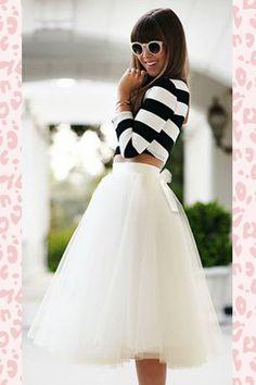 Der50s Jocelyn Fairytale Skirt in Ivoryunserer eigenen TopVintage Boutique Kollektion ist zu schön um wahr zu sein!Die Kutsche mit den weißen Pferden kommt angefahren und dein Traumprinz wartet schon... mit diesem Beauty werden deine Träume wahr! Wunderschöner, voller Swingrock mit einem elfenbeinfarbigen Taillenband aus Satin. Hergestellt aus einem elfenbeinfarbigen, glänzenden Stoff und bedeckt mit vielen Lagen Tüll für einen märch...