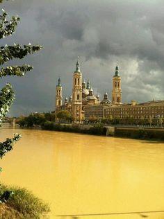 El Pilar con el Ebro crecido desde la margen izquierda en día de tormenta, 20 de octubre de 2012