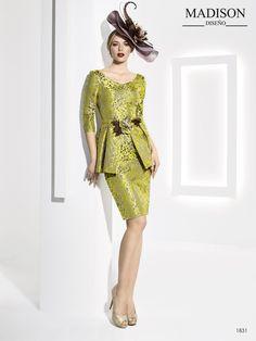 a6c8c85e6 Elegante vestido de fiesta realizado en jacquard en tonos dorados y marfil  a juego con flor