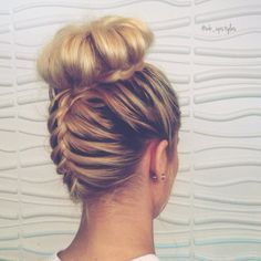 Do you love this Top Knot French Braid? Follow me on Instagram if your interested in upstyles. Wedding, bridal hair. Upside down French braid. Cute hairstyles. Updo. Upstyles. Blonde hairstyles. @wb_upstyles #wb_upstyles #topknotfrenchbraid #rodete