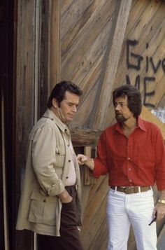 James Garner and Steven J. Cannell on the set of the Rockford Files James Gardner, The Rockford Files, Mystery Genre, Paul Michael Glaser, Jack Kelly, Actor James, Movies Playing, Tv Land, The A Team