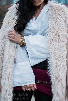 Outfit Fake Fur Mantel, schwarze Chinos, Bluse mit Trompetenärmeln und Stiefeletten von Steve Madden in burgundy    Julies Dresscode    #fakefur #ootd #fashion #fashionblogger
