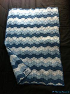 Plaid bébé chevron au crochet + étiquette au point de croix - laine Partner Baby de chez Phildar Saralune
