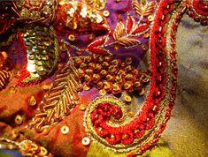 Искусство вышивки хорошо знакомо каждому, но вот зардози – особая техника вышивки драгоценными нитями – может поразить воображение даже самого искушенного зрителя.  Зардози — древнейшая техника объемной вышивки: уникальные работы, каждая из которых весит более 200 килограмм.  #Abbigli #рукоделие #хобби #креатив #handmade