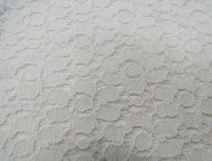 Renda 10RS318 (Branco). Renda com florais, mista de algodão e poliamida, leve e com toque agradável. Ideal para modelagens amplas. Sugestão para confeccionar: Vestidos, saias, shorts. Blusas, batas, entre outros.