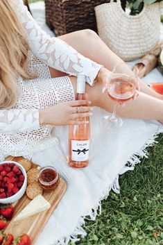 Chloe Wine Collection Rosé Picnic in Golden Gate Park - The City Blonde Picnic Photography, Wine Photography, Picnic Date, Beach Picnic, Golden Gate Park, Sweet Wine, Wine Collection, Picnic In The Park, Expensive Wine