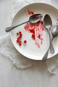 tart108 TARTE FRUITS ROUGES (pâte sablée, crème amande, compotée de fruits rouges, dômes de crème mascarpone à la vanille, fruits rouges)