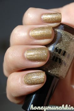 The next duo pack from H&M holds the glitter polish Into The Wild and the metallic polish Back By Noon. Metallic Gold Nail Polish, Yellow Nail Polish, Gold Nails, Swatch, Make Up, Makeup, Gold Nail, Bronzer Makeup, Golden Nails