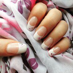 Diese Woche auf den Nägeln - weiße Spitzen mit Sticker von Kik ☺️ #gelnails #gelnägel #gelnägelselbstgemacht #fingernägel #nagellack #frenchtips #nailsticker #nagelsticker
