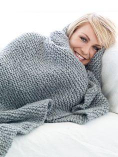 Mit den Maßen 120 x 120 cm eignet sich diese kuschlige Wolldecke perfekt für gemütliche Stunden auf dem Sofa. Hier gibt es die Anleitung: