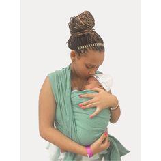 Este fular rígido de tela ergonómica y de tela ecológica, permite de cargar al bebé en diferentes posiciones favoreciendo la cercanía de una manera sencilla a través de un vínculo de amor. El fular rígido tiene las características de una alta consistencia y elasticidad en sentido diagonal, lo que lo hace ideal desde el nacimiento y se extiende. El fular rígido sirve hasta que el pequeño pesa unos 20 kg o 44 lbs aproximadamente. Fashion, Birth, Colors, Bebe, Moda, Fashion Styles, Fashion Illustrations