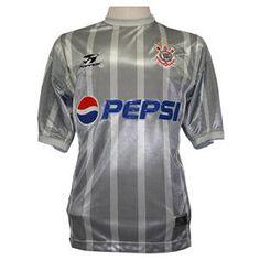 Camisa do Corinthians de 2002  Camisa III (Cinza) Com o patrocínio da Pepsi o Corinthians lançou duas variações da camisa branca. A primeira trazia a numeração nas costas, como é costume. A segunda tinha o número também na frente. Além dessas a versão preta, com o escudo centralizado e detalhes em branco nas mangas e a versão cinza com listras formavam o conjunto de camisas desse ano. A camisa cinza foi lançada em homenagem ao Jubileu de Prata do Título Paulista de 1977.
