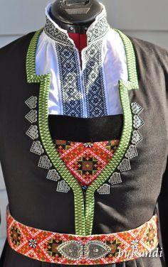 Det er en grunn til at det har vært særdeles liten aktivitet på bloggen i det siste - jeg har nemlig hatt et intensivt løp for å ferdig... Folk Clothing, Hardanger Embroidery, Traditional, Costumes, Beads, Folklore, Norway, Clothes, Ideas