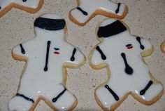 Astronaut cookies - adorable for a space theme birthday party. I think they're based on a standard gingerbread man cookie cutter