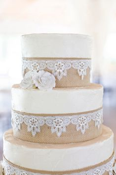 Burlap and Lace Wedding Cake, this cake be done with edible products...