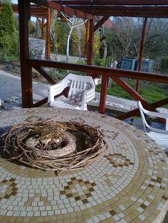 """""""Az asztal újrahasznosított alapanyagokból készült. A lába szennyvíz elvezetőcső betonnal kiöntve, a lapja ipari kábeldob. A mozaiklapocskák fillérekbe került, mert kifuttatott termék volt. A mintát is én terveztem és ragasztottam fel rá."""" #otthon #lakás #lakberendezés #DIY #magyar #kreatív"""