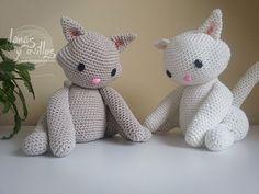 http://www.lanasyovillos.com Tutorial de cómo hacer uno de estos preciosos gatitos amigurumi paso a paso en español. Encuentra este patrón y muchos más en http://www.lanasyovillos.com