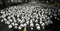 Pandas feitos de papel são colocados em uma avenida, em Taipei, Taiwan, sudeste da China. Os 1.600 animais foram criados pelo artista francês Grangeon Paulo, e tem como objetivo aumentar a conscientização sobre como proteção da espécie