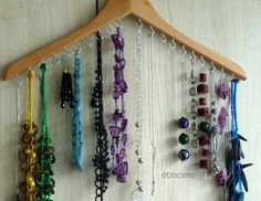 DIY necklace holder from a wood hanger. Jewellery Storage, Jewelry Organization, Jewellery Display, Diy Jewellery, Diy Jewelry Holder, Jewelry Hanger, Ideas Paso A Paso, Wooden Coat Hangers, Necklace Hanger