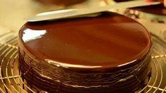 A Glaçagem de Chocolateé perfeita. Ela forma uma cobertura espelhada que confere charme e sofisticação aos seus bolos, além de ser muito saborosa. Faça e