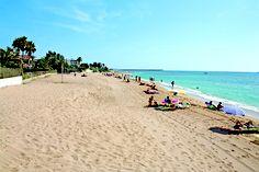 PLAYA LA CARACOLA / Benicarló - Encontramos esta playa en un entorno urbano, al comienzo de la larga recta formada por las playas que unen los municipios de Benicarló y Peñíscola. Con grava en la superficie litoral y arena fina en la zona marina, la Caracola es una zona idónea para baño, pues se cuenta además entre las playas accesibles de la provincia.