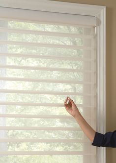 Retractable pull-cord maintains a constant length, a short cord makes it less accessible to kids' reach––UltraGlide® lifting system ♦ Hunter Douglas window treatments