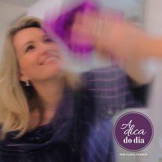Veja como limpar espelho sem complicações nem deixar manchas em sua superfície. Flávia Ferrari mostra a técnica correta para fazer esta limpeza e também as dicas para evitar manchas pretas na superfície do espelho.
