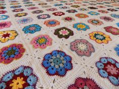 African Flower Square Blanket 2018 Crochet Art, Crochet Flowers, Flower Patterns, Crochet Patterns, Crochet Afghans, African Flowers, Square Blanket, Colorful Flowers, Free Pattern