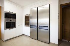 Cocimed, diseñó esta cocina Santos modelo Minos en color blanco con gola y uñero interior en aluminio. Cocimed, distribuidor oficial de cocinas Santos en Alicante.