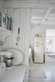 Julias Vita Drömmar - Under the simplicity of white, there is still a kitchen aid and a smeg fridge in there...