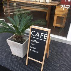 부산대서점 / 샵메이커즈 부산대 근처에 위치한 소규모 서점 샵메이커즈 사실 샵메이커즈 안에 있는 카페도...