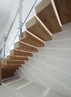escalier suspendu à marches en parallélépipède en bois massif